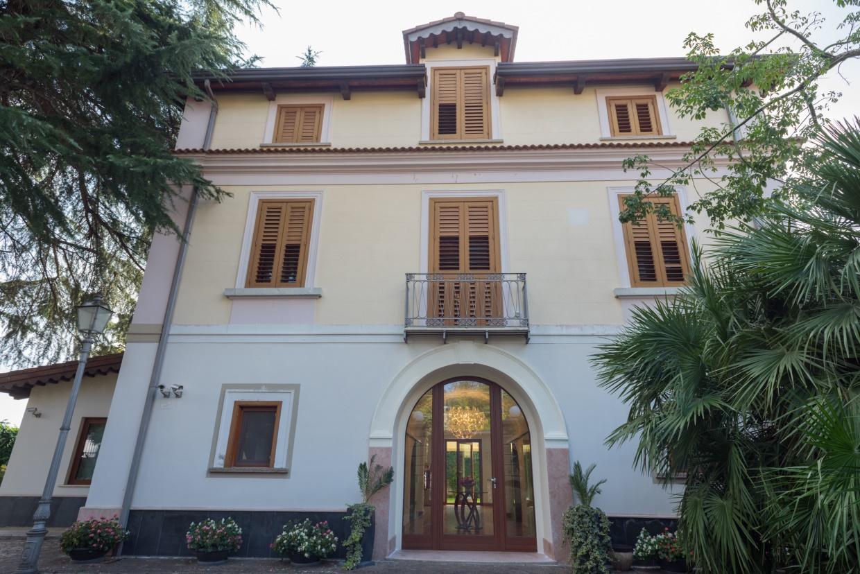 Villa in vendita a Caserta, 8 locali, prezzo € 1.250.000   CambioCasa.it